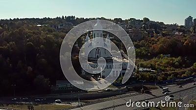 Αεροφωτογραφία σε ηλιόλουστο τοπίο με δρόμους και εκκλησία απόθεμα βίντεο