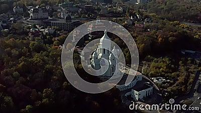 Αεροφωτογραφία σε ηλιόλουστο τοπίο με σπίτια και εκκλησία απόθεμα βίντεο