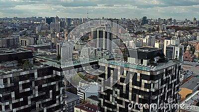 Αεροφωτογραφία στο τοπίο με μοντέρνα ουρανοξύστες απόθεμα βίντεο