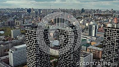 Αεροφωτογραφία στο τοπίο με μοντέρνα ουρανοξύστες φιλμ μικρού μήκους