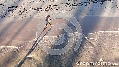 Αθλητικός άνδρας διασκεδάζει στην τροπική παραλία της Καραϊβικής Ωκεανός φιλμ μικρού μήκους