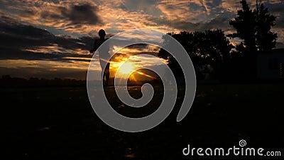 Αθλήτρια του Yong που χορεύει στο ηλιοβασίλεμα στην παραλία σε αργή κίνηση απόθεμα βίντεο