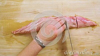 Ακατέργαστη tenderloin μπριζόλα στο ξύλινο γραφείο απόθεμα βίντεο