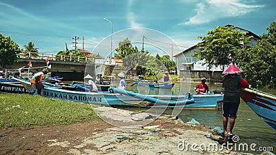 Αλιευτικά σκάφη που πλέουν στον ποταμό σε Cilacap, Ιάβα, Ινδονησία απόθεμα βίντεο