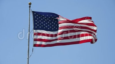 Αμερικανική σημαία που κυματίζει στο φωτεινό φως του ήλιου απόθεμα βίντεο