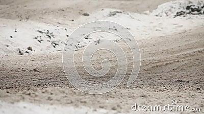 Αμμοχάλικο από κάτω από τη μοτοσικλέτα ροδών φιλμ μικρού μήκους