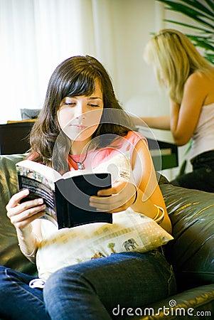 ανάγνωση κοριτσιών βιβλίω&n