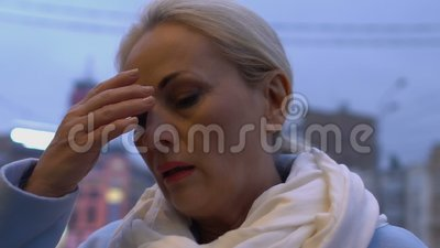 Ανήσυχη γυναίκα που βγάζει γυαλιά, εμμηνόπαυση, κόπωση στην εργασία απόθεμα βίντεο