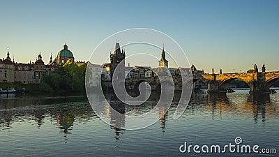 Ανατολή με την άποψη της γέφυρας του Charles και του παλαιού πύργου πόλης γεφυρών σε τσεχικά, Δημοκρατία timelapse 4K απόθεμα βίντεο