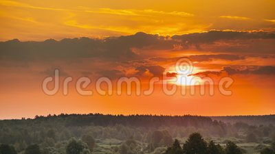 Ανατολή πέρα από το δασικό τοπίο Φυσική άποψη του ουρανού πρωινού με τον ήλιο αύξησης επάνω από τη δασική φύση αρχών του καλοκαιρ φιλμ μικρού μήκους