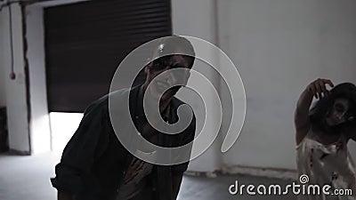 Ανατριχιαστική σκηνή δύο αρσενικά και θηλυκό zombies που έρχεται επάνω στην κενή τοποθέτηση με τους άσπρους τοίχους Αποκριές, μαγ φιλμ μικρού μήκους
