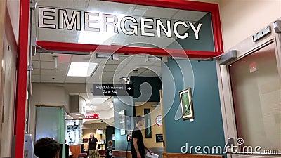 Ανησυχημένοι άνθρωποι που κάθονται σε μια περιοχή έκτακτης ανάγκης νοσοκομείων