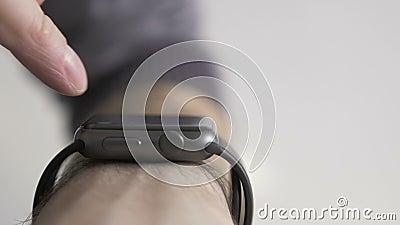 Ανθρώπινο χέρι με το έξυπνο ρολόι απόθεμα βίντεο
