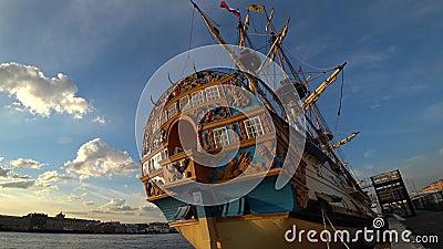 Αντίγραφο του ρωσικού παλαιού σκάφους του τσάρου Peter μεγάλο Πολτάβα στο ανάχωμα του ποταμού Neva Sankt-Peterburg, Ρωσία απόθεμα βίντεο