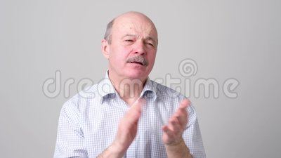 Ανώτερο λυπημένο άτομο που χτυπά τα χέρια με την απογοήτευση απόθεμα βίντεο