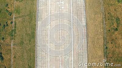Απογείωση διαδρόμων πέρα από τον αερολιμένα Αεροπλάνο που παίρνει την επιτάχυνση ταχύτητας πριν από την πτήση Έννοια κινήσεων αερ φιλμ μικρού μήκους