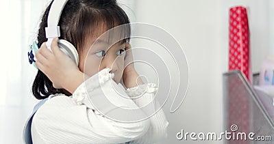 Απολαύστε κάθε μέρα Κλείστε επάνω ένα συμπαθητικό μικρό ασιατικό κορίτσι που ακούει τη μουσική ενώ χέρι επάνω φιλμ μικρού μήκους