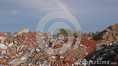 Απορρίματα και ζωηρόχρωμο ουράνιο τόξο στο μπλε ουρανό οικολογική περιβαλλοντική ρύπανση φωτογραφιών κρίσης οικολογικό πρόβλημα Ο φιλμ μικρού μήκους