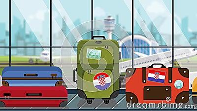 Αποσκευές με κροατικά αυτοκόλλητα σήμανσης σε καροτσάκι αποσκευών στο αεροδρόμιο, κοντινό πλάνο Δυνατότητα ανακύκλωσης που σχετίζ ελεύθερη απεικόνιση δικαιώματος