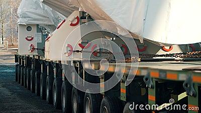 Αποστολή εμπορευμάτων - ένα μεγάλο φορτηγό που φεύγει από το εργοτάξιο με φορτίο φιλμ μικρού μήκους