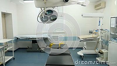Απόμακρη πιθανότητα της χειρουργικής επέμβασης σε μια κλινική μητρότητας με τα φω'τα operaation που κλείνονται Ιατρικός εξοπλισμό απόθεμα βίντεο