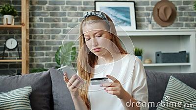 Αργή κίνηση εφήβων που πληρώνουν online με τραπεζική κάρτα χρησιμοποιώντας smartphone στο σπίτι απόθεμα βίντεο