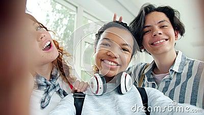 Αργή κίνηση των αστείων εφήβων που παίρνουν αυτοπροσώπως στη σχολική αίθουσα και γελάνε φιλμ μικρού μήκους