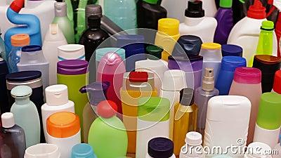 Αργή φωτογραφική διαφάνεια μπροστά από τα πλαστικά μπουκάλια που βρίσκεται συνήθως σε κάθε οικογένεια φιλμ μικρού μήκους