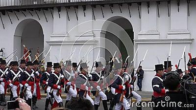 Αργεντινός αποικιακός στρατός που βαδίζει στη αναπαράσταση και τον εορτασμό των 200 ετών ημέρας της ανεξαρτησίας της Αργεντινής φιλμ μικρού μήκους