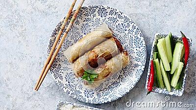 Αρχικοί ασιατικοί τσιγαρισμένοι ρόλοι άνοιξη που τοποθετούνται στο όμορφο ασιατικό πιάτο ύφους φιλμ μικρού μήκους