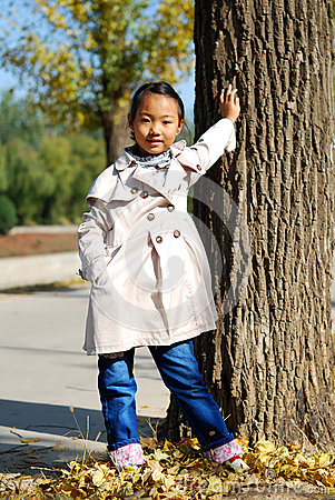 Ασιατικό μικρό κορίτσι το φθινόπωρο