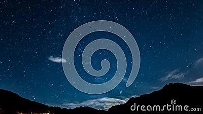 Αστέρια και φεγγάρι Timelapse πέρα από το νυχτερινό ουρανό βουνών moonrise απόθεμα βίντεο