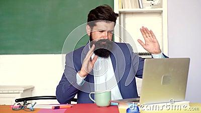 Αστείος διαγωνισμός στο κολλέγιο Τρελλός δάσκαλος που προετοιμάζεται για τους πανεπιστημιακούς διαγωνισμούς Νέος δάσκαλος Οι καλο φιλμ μικρού μήκους
