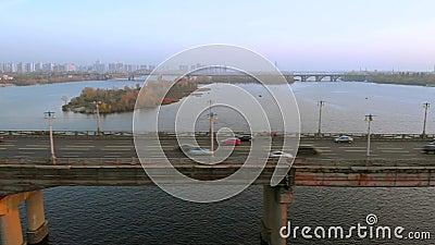 Αυτοκίνητα διασχίζουν τον ποταμό σε μια οδική γέφυρα απόθεμα βίντεο