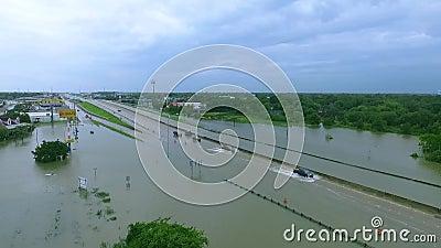 Αυτοκίνητα και φορτηγά που προσπαθούν να οδηγήσει μέσω πλημμυρισμένο i45 κοντά στο Χιούστον Τέξας φιλμ μικρού μήκους