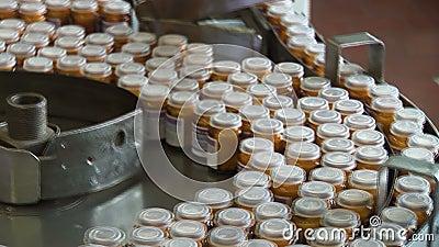 Αυτοματοποιημένη παραγωγή των φαρμάκων Συσκευασία των ταμπλετών σε ένα εμπορευματοκιβώτιο γυαλιού