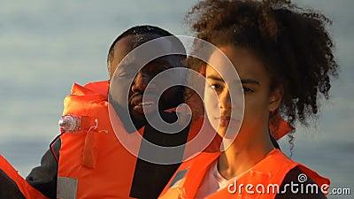 Αφρο-Αμερικανός με κόρη σε ζωντανά γιλέκα κοιτώντας την κάμερα, την συντριβή αεροπλάνου απόθεμα βίντεο
