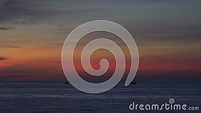 Βάρκες στη θάλασσα μετά από το ηλιοβασίλεμα απόθεμα βίντεο