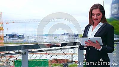 Βέβαια επιχειρηματίας μπροστά από το σύγχρονο κτίριο γραφείων Επιχείρηση, τραπεζικές εργασίες, εταιρία, ακίνητη περιουσία και οικ φιλμ μικρού μήκους