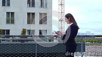 Βέβαια επιχειρηματίας μπροστά από το σύγχρονο κτίριο γραφείων Επιχείρηση, τραπεζικές εργασίες, εταιρία, ακίνητη περιουσία και οικ απόθεμα βίντεο