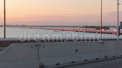 Βίντεο προς το ηλιοβασίλεμα της γέφυρας της ελευθερίας, η μόνη χερσαία πρόσβαση στην όμορφη Βενετία με τη συνήθη κυκλοφορία απόθεμα βίντεο