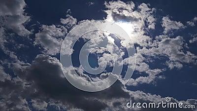 Βαθιά μπλε και νεφελώδης ουρανός απόθεμα βίντεο