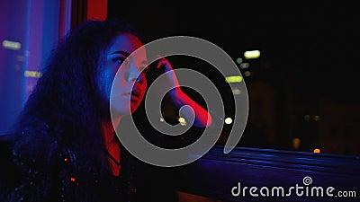 Βαρεμένη μοδάτη γυναίκα που κάθεται μόνη της στο παράθυρο, δεν έχει ενδιαφέρον σε ιδιωτικό πάρτι απόθεμα βίντεο