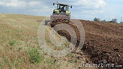 Βαρύς τομέας αρότρων τρακτέρ μηχανών γεωργίας απόθεμα βίντεο
