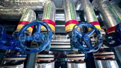 Βαλβίδες, σωλήνες, μετρητές σε ένα αέριο και εγκαταστάσεις παραγωγής πετρελαίου πυροβολισμός ολισθαινόντων ρυθμιστών απόθεμα βίντεο