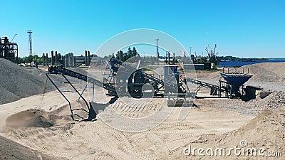 Βιομηχανικός σύνθετος ραγίζει το αμμοχάλικο Εναέρια άποψη του λατομείου μεταλλείας φιλμ μικρού μήκους