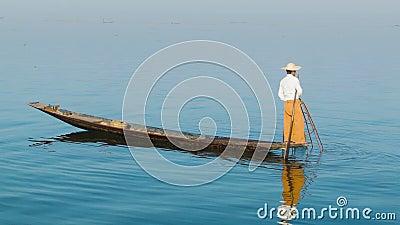 Βιρμανός ψαράς με μια παραδοσιακή παγίδα στην ξύλινη βάρκα inle λίμνη Myanmar φιλμ μικρού μήκους
