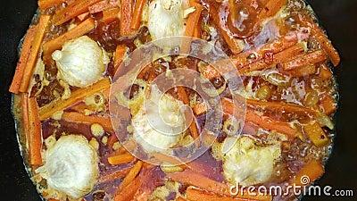 Βράζοντας σούπα στο καζάνι ως βάση για pilaf από το κρέας, τα κρεμμύδια, το σκόρδο, τα καρότα και τα καρυκεύματα φιλμ μικρού μήκους
