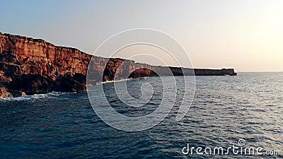 Βράχοι με χτυπήματα σε φόντο το ηλιοβασίλεμα απόθεμα βίντεο