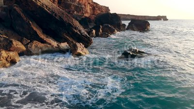 Βράχοι ξεπλένονται από τον ωκεανό Ταξίδι, διακοπές, έννοια διακοπών φιλμ μικρού μήκους